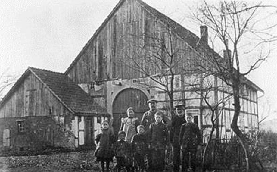 Familie Willer in Rote Kuhle, ca. 1884 (oben: Mutter Henriette, Vater Friedrich, unbekannte Person; unten: Luise, Heinrich, Wilhelm, August, Johann; Sohn Friedrich fehlte)