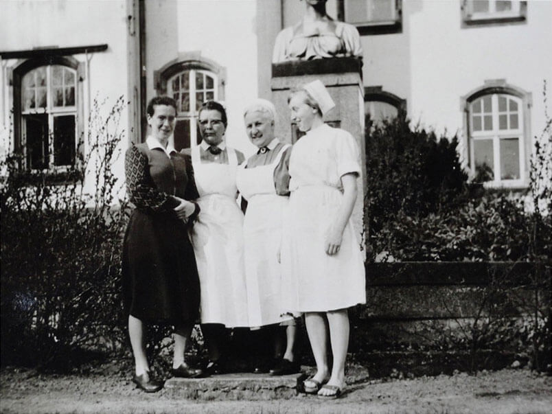 Dorothea als Krankenschwester im Hoffmann-Stift (rechts)