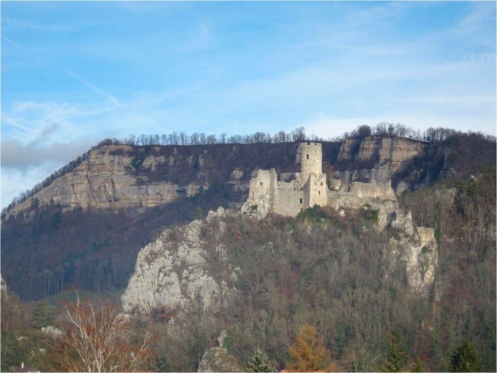 Auf einem Felsen thront Burg Neu-Falkenstein
