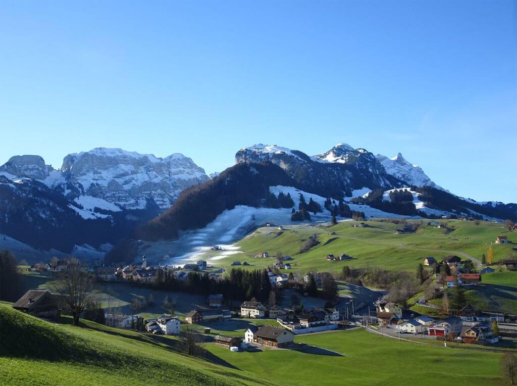 Blick ins Tal bei Schwende umringt von schneebedeckten Bergen